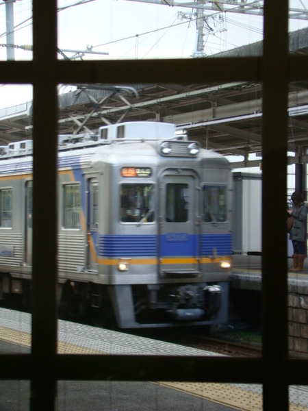 6300系(三日市町駅・下りホームの待合室から)