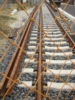 建設中の仮線。ここではレールの締結金具のボルトが締められていませんでした。