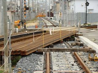 建設中の仮線。高師浜線の線路と交差するように敷かれていました。(羽衣3号踏切)