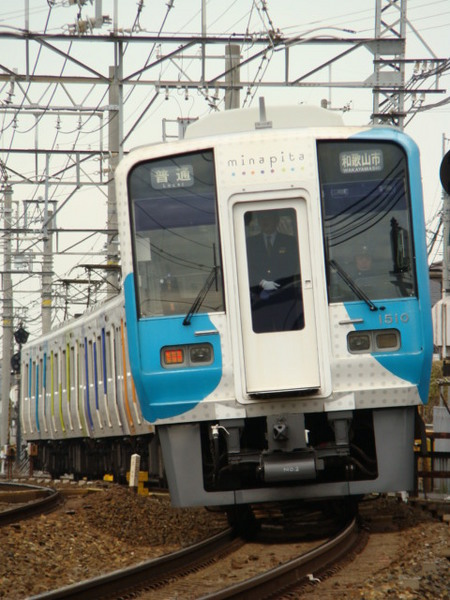 1000系・minapitaラッピング車(羽衣7号踏切から)