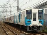 1000系「minapita」ラッピング車(井原里駅・連絡踏切から)