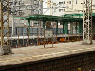 奥に見えるのは、建設中の高石駅・仮設ホームです。
