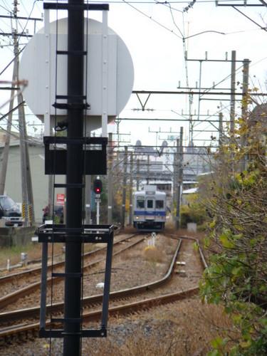 梶取信号所に進入する7100系・ワンマン改造車 (紀ノ川4号踏切から)