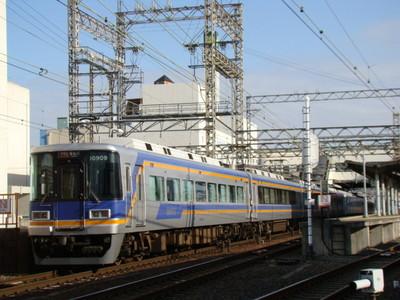 10000系サザン(貝塚駅付近)