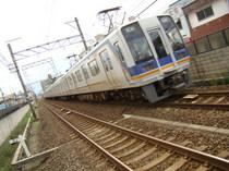 1000系(北助松駅・下りホームから)