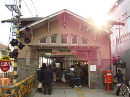 上り側の駅舎は国の登録有形文化財に登録され、また第4回近畿の駅百選にも選定されています。