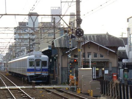 7100系&上り駅舎(下りホームから)