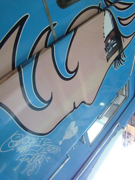5000系ハッピーベアルの乗務員入口付近に描かれた「メロウ」。その下には松本零士先生のサインが記されています。