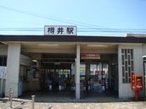 所在地は大阪府泉南市。近くには泉南市役所や、人工の砂浜があります。
