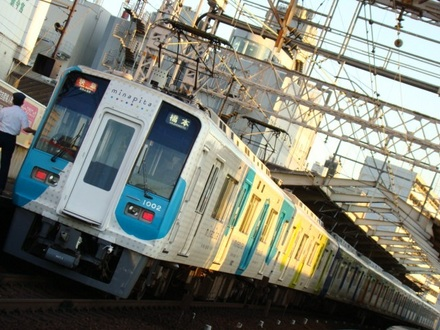 1000系 「minapita」 ラッピング車 (新今宮駅)